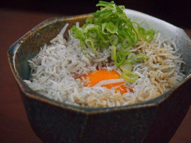 生卵がのったじゃこご飯